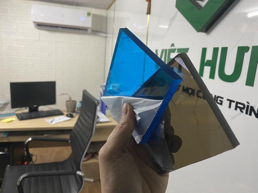Hình ảnh Tấm polycarbonate đặc ruột 10mm màu xanh biển và nâu trà